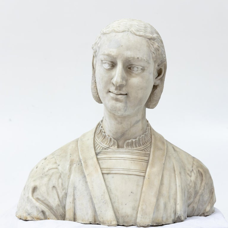 Marble bust of a lady in Renaissance clothes with slightly turned head, looking to the left.