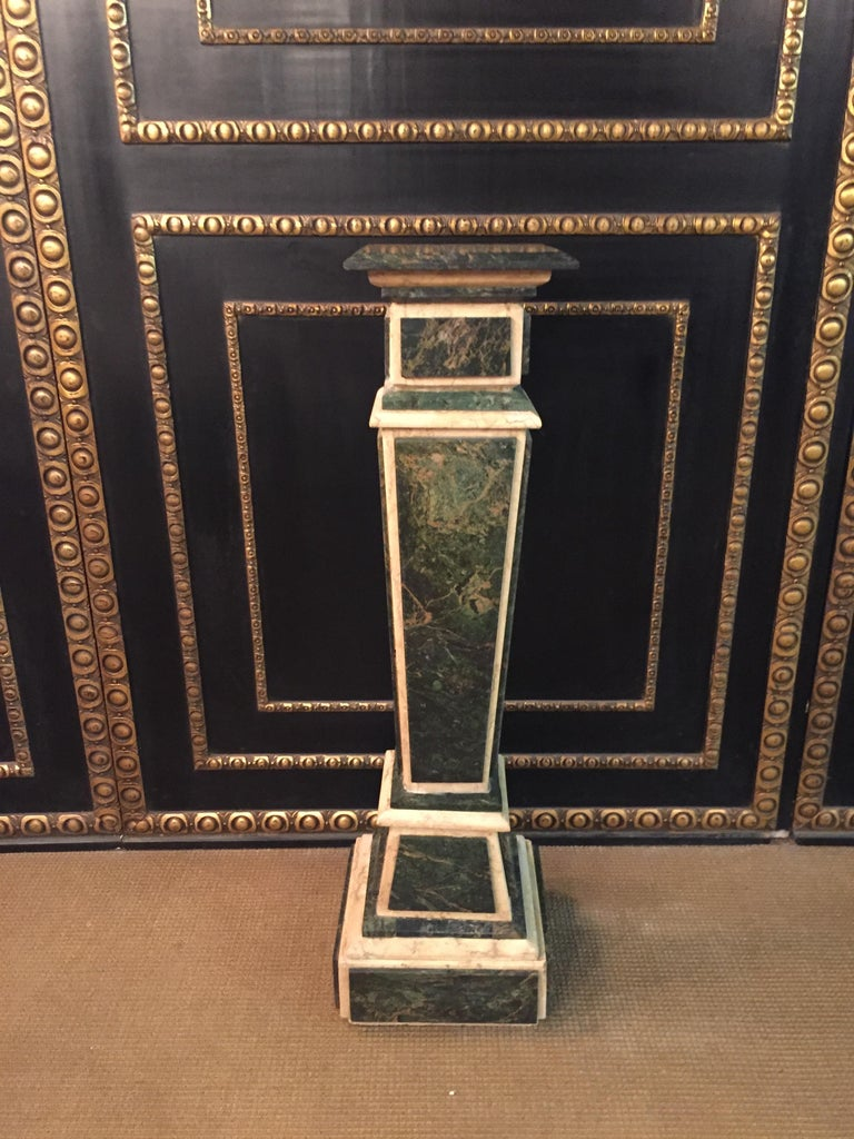 Green with gray-white mottled marble on beige marble body. Square Plinte on middle cassetiertem ascending Balusterschaft. Slightly protruding cover plate.