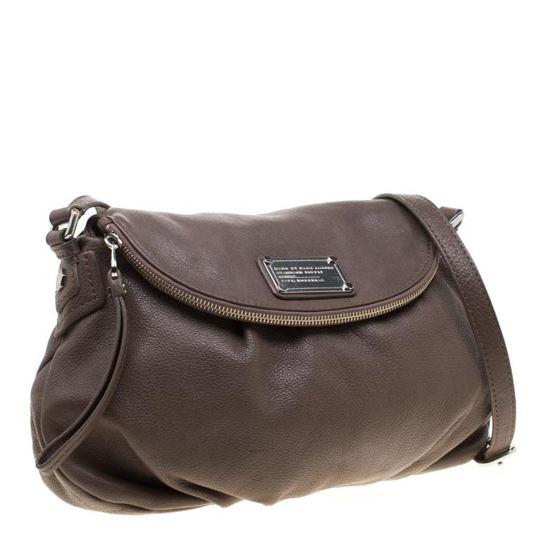 Marc by Marc Jacobs Dark Beige Leather Classic Q Natasha Crossbody Bag In Excellent Condition For Sale In Dubai, Al Qouz 2