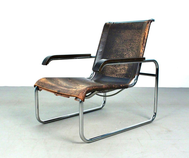 Early B35 lounge chair designed by Marcel Breuer in 1928 and manufactured by Thonet (marked in the frame and in the leather seat). Made in tubular steel and upholstered in its original leather with its great vintage patina.