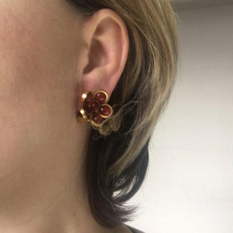 Marguerite de Valois flower clip earrings, in amber red glass paste. Metal gilded with fine gold. Mint condition. Entirely handmade in France, by its artisan jewelers who have worked in the past for the great Couture Houses. Dimensions: flower: 2.5