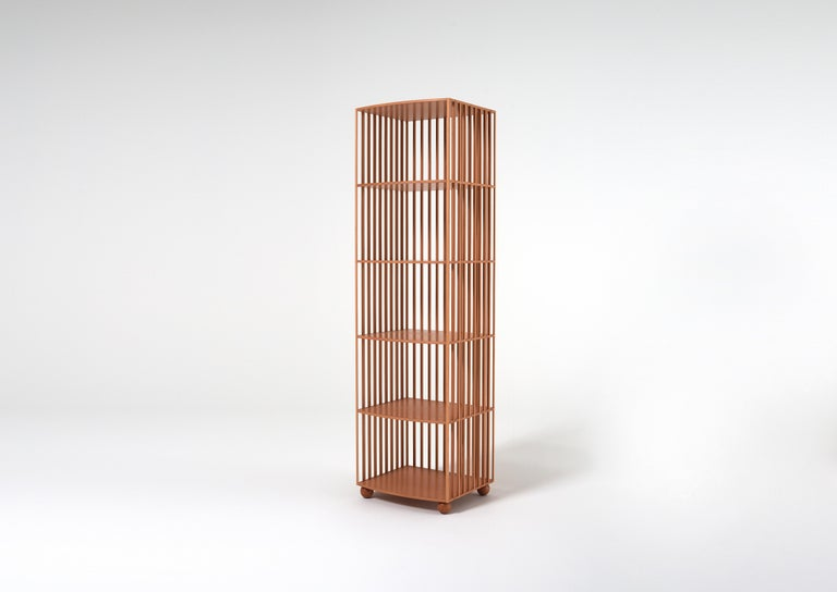 A bookcase designed for the centre of a room, made of a lining of solid-wood baguettes that are rounded off and joined to countertops through invisible joints. The result has impressive structural strength while looking light and airy. With