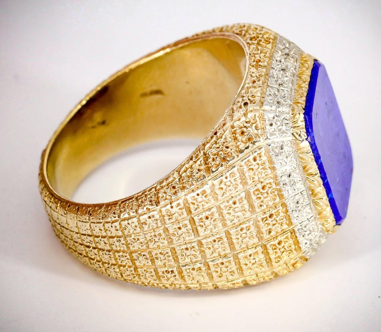 Mario Buccellati Lapis Lazuli and Gold Men's Ring In Excellent Condition For Sale In New York, NY