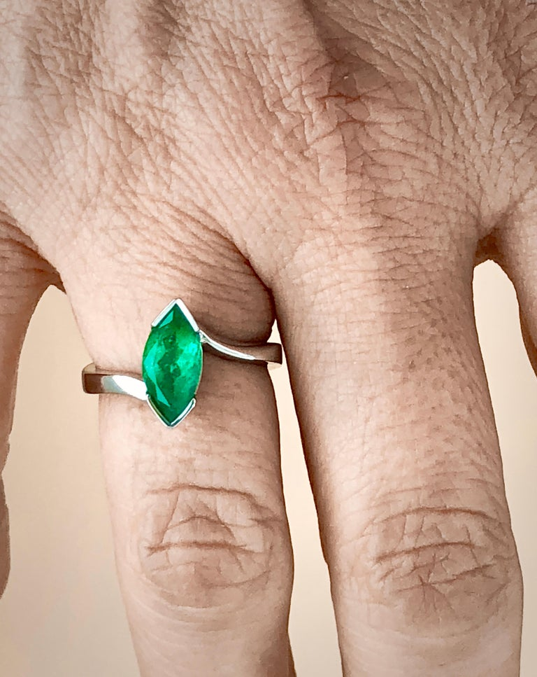 Contemporary Marquise Cut Colombian Emerald Solitaire Ring 18 Karat For Sale