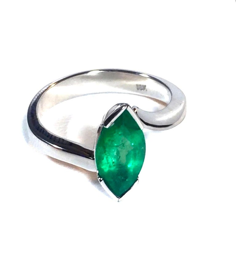 Marquise Cut Colombian Emerald Solitaire Ring 18 Karat For Sale 1