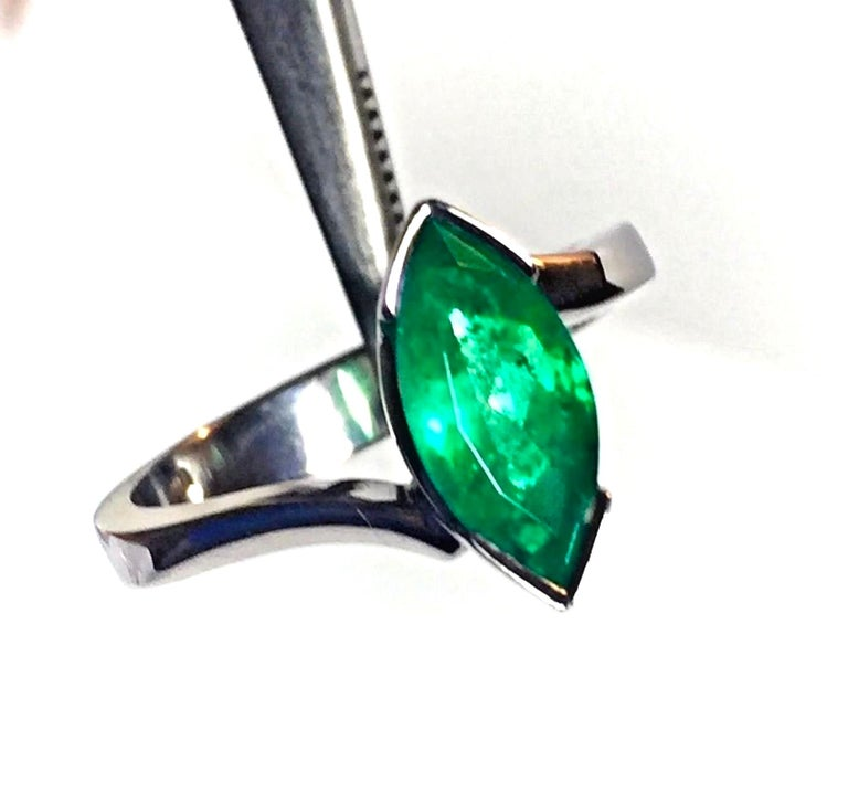 Marquise Cut Colombian Emerald Solitaire Ring 18 Karat For Sale 3