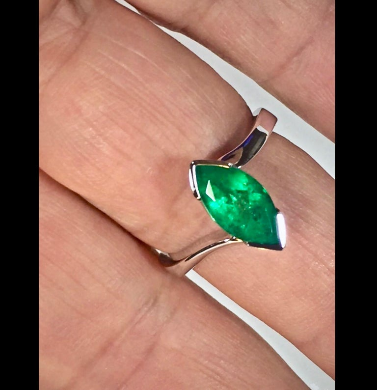 Marquise Cut Colombian Emerald Solitaire Ring 18 Karat For Sale 4