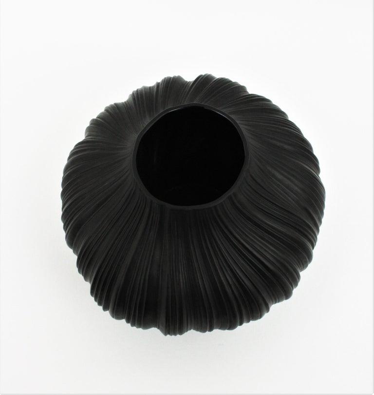 Martin Freyer for Rosenthal Unglazed Black Porcelain Plissée Vase, Germany 1960s For Sale 5