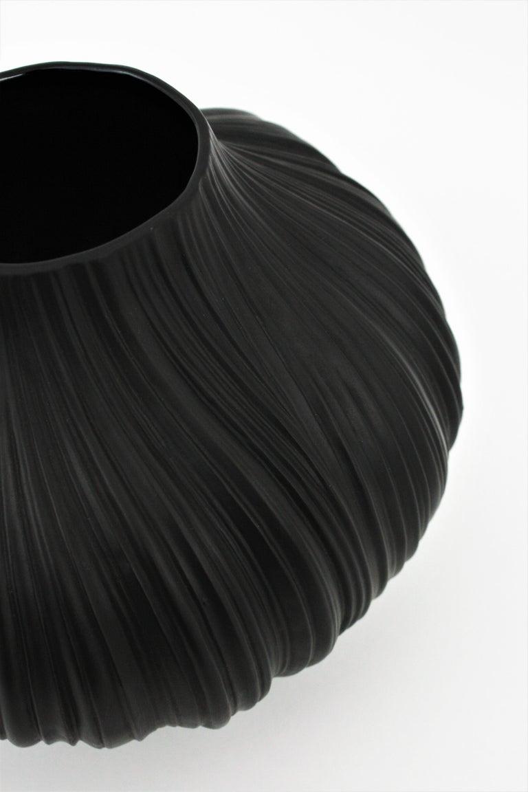 Martin Freyer for Rosenthal Unglazed Black Porcelain Plissée Vase, Germany 1960s For Sale 6