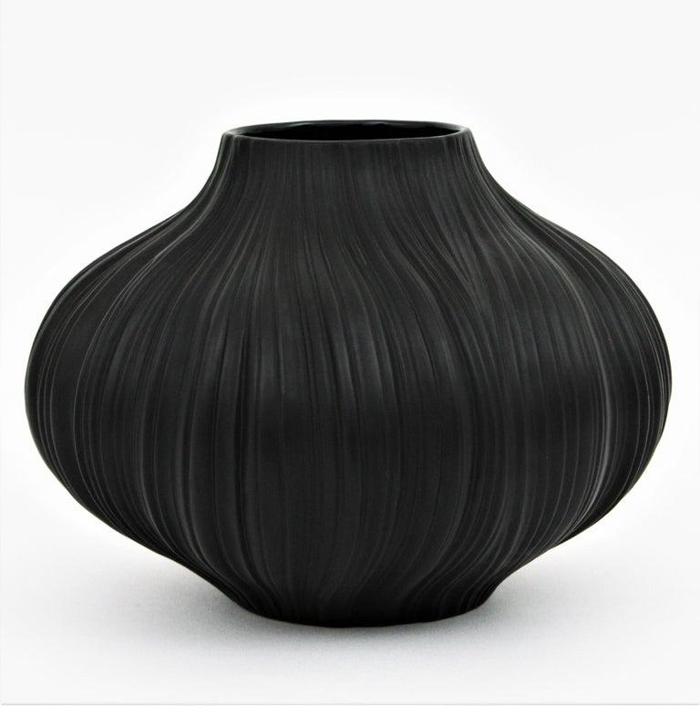 Martin Freyer for Rosenthal Unglazed Black Porcelain Plissée Vase, Germany 1960s In Excellent Condition For Sale In Barcelona, ES