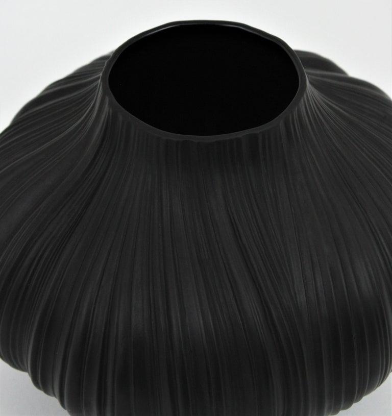 Martin Freyer for Rosenthal Unglazed Black Porcelain Plissée Vase, Germany 1960s For Sale 3