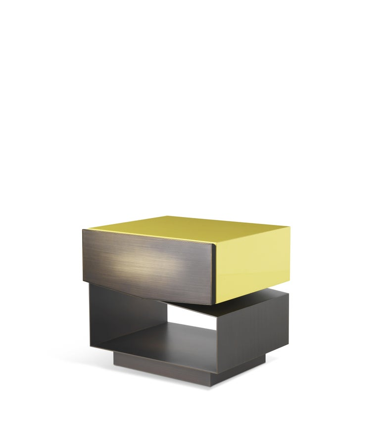 The irregular beauty of nature is the protagonist of Martinica night tables, available with one or two drawers. An asymmetrical composition that alternates closed and empty spaces in a mix of precious materials of different shapes and dimensions,