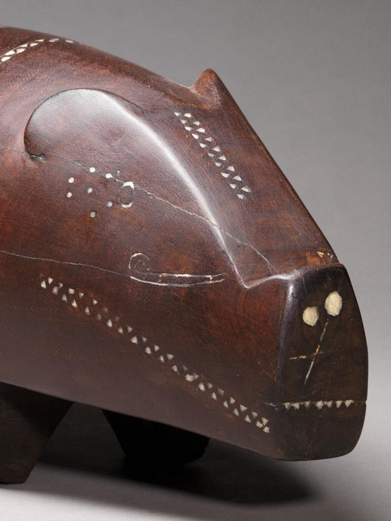 Massim Ceremonial Pig with Inlaid Shell, Trobiand Islands, Papua New Guinea In Good Condition For Sale In Leuven , BE