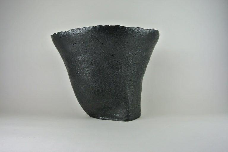 Massives Zeitgenössisches Gefäß, Graues Steingut mit Schwarzer Metall Glasur 3