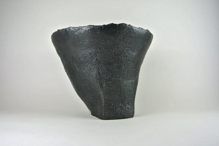 Massives Zeitgenössisches Gefäß, Graues Steingut mit Schwarzer Metall Glasur 4