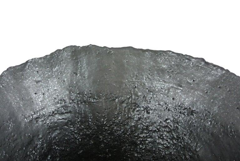 Massives Zeitgenössisches Gefäß, Graues Steingut mit Schwarzer Metall Glasur 7