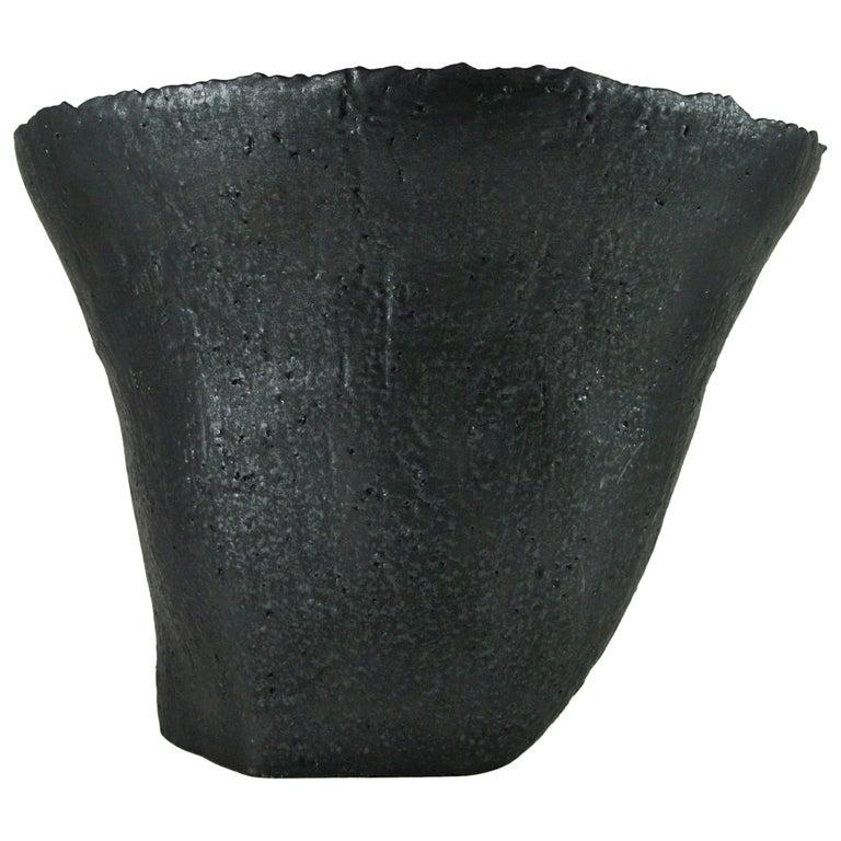 Massives Zeitgenössisches Gefäß, Graues Steingut mit Schwarzer Metall Glasur 1