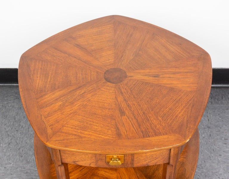 Mastercraft Mid-Century Modern five-sided side table in two tiers, each tier with one drawer and four false drawer fronts, maker's label in drawer interior. Measures: 22.75