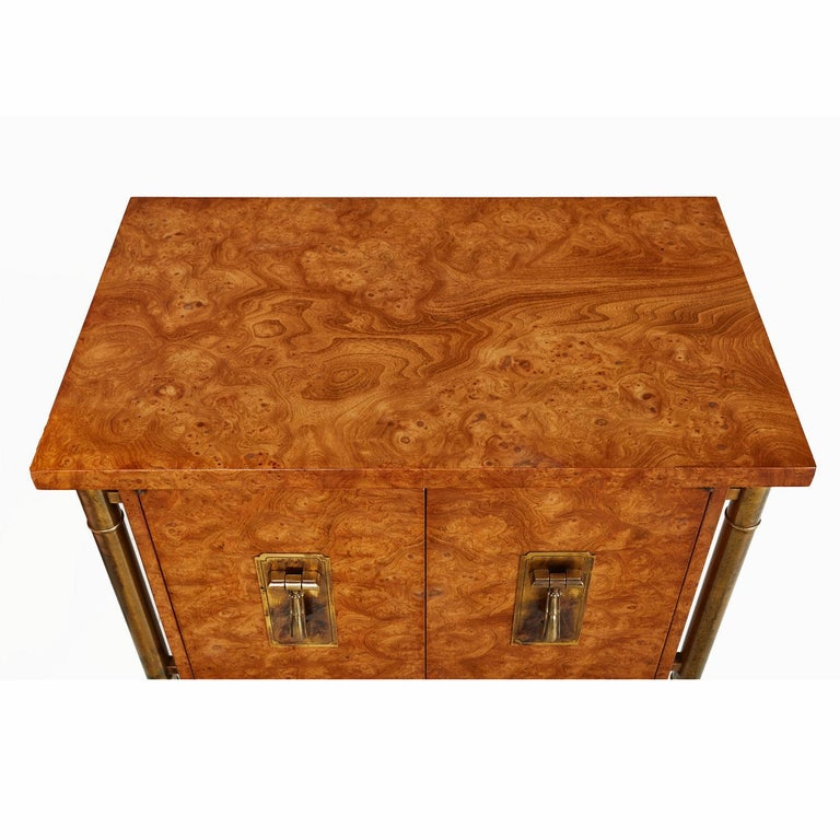 American Pair of Mastercraft Nightstand End Tables Hollywood Regency Burl Wood and Brass For Sale