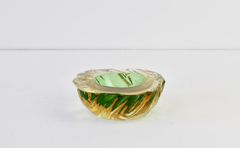 Vintage textured Italian glass bowl or dish attributed to Maurizio Arabella for Seguso Vetri d'Arte Murano, Italy, circa late 1970s / early 1980s. Elegant in form and showing extraordinary craftsmanship with the use of the 'Sommerso' technique with