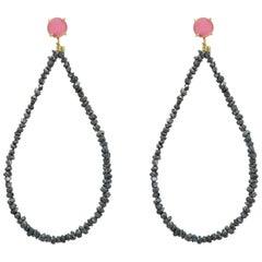 Ohrgehänge aus 18 Karat Gelbgold mit pinkem Turmalin und schwarzen Rohdiamanten