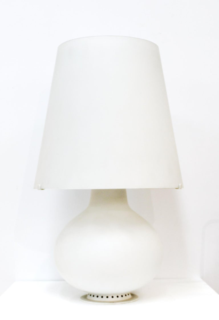 Max Ingrand for Fontana Arte Italian Modern table lamp in white glass with white glass shade. Designed by Max Ingrand in the 1950s, this model is likely from the 1970s-1980s. In great vintage condition with age-appropriate wear.