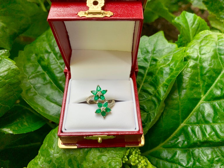 Contemporary Vivid Green Emerald and Diamond 18 Karat White Gold Double Flower Ring For Sale