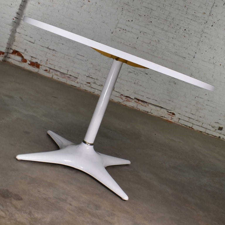 MCM Brody Chicago Round Pedestal Dining Table Enameled Star Base & Laminate Top In Good Condition For Sale In Topeka, KS