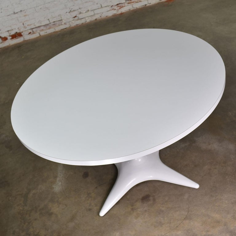 20th Century MCM Brody Chicago Round Pedestal Dining Table Enameled Star Base & Laminate Top For Sale