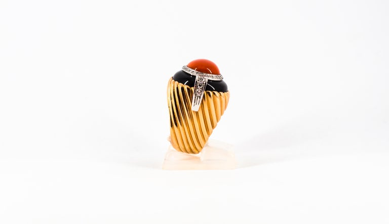 Mediterranean Red Coral Onyx 0.40 Carat White Diamond Yellow Gold Cocktail Ring For Sale 2