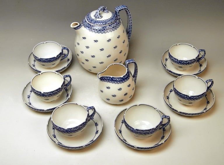 We invite you here to look at a splendid as well as rare Meissen coffee set: White porcelain, decorated with stylized tendrils and leaves = cobalt blue shaded / underglazed.  DECOR SO-SAID