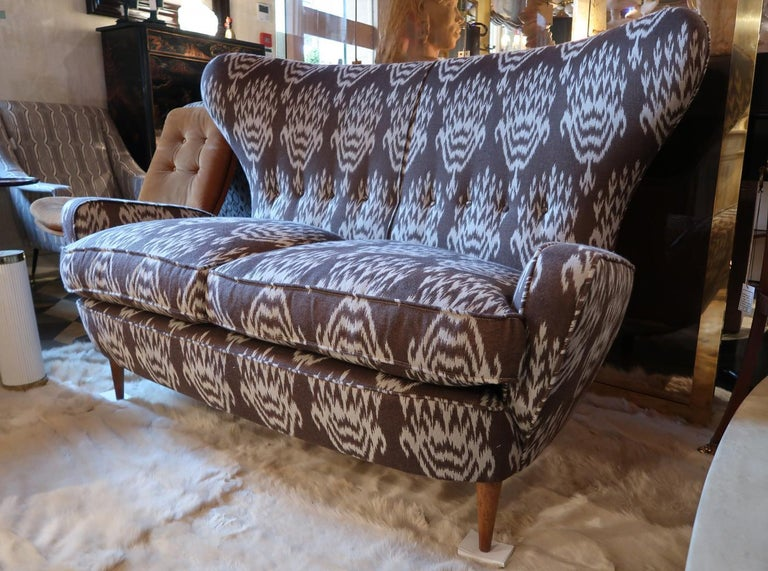 Mid-Century Modern Melchiorre Bega Wood Legs and Brown and White Wool Midcentury Sofa, Italy, 1950 For Sale