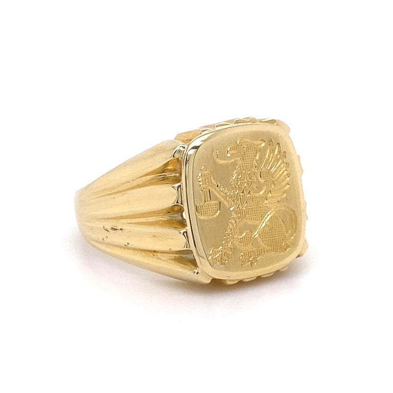 Men's Fine Engraved Griffin Crest 585 Gold Signet Ring Estate Fine Jewelry In Excellent Condition For Sale In Montreal, QC