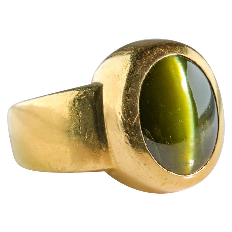 Men's Ring Rare Cat's Eye Chrysoberyl is Acid Green 11.5 Carat and 22 Karat Gold For Sale