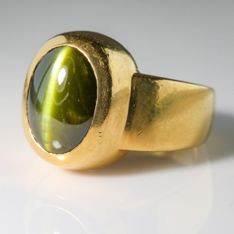 Contemporary Men's Ring Rare Cat's Eye Chrysoberyl is Acid Green 11.5 Carat and 22 Karat Gold For Sale