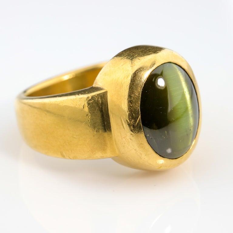 Men's Ring Rare Cat's Eye Chrysoberyl is Acid Green 11.5 Carat and 22 Karat Gold For Sale 1