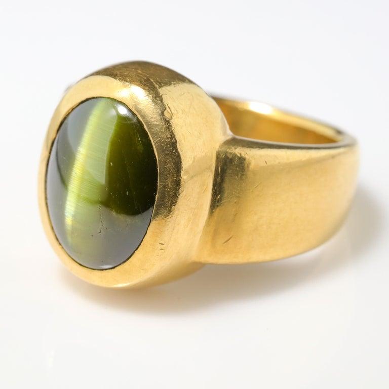 Men's Ring Rare Cat's Eye Chrysoberyl is Acid Green 11.5 Carat and 22 Karat Gold For Sale 2