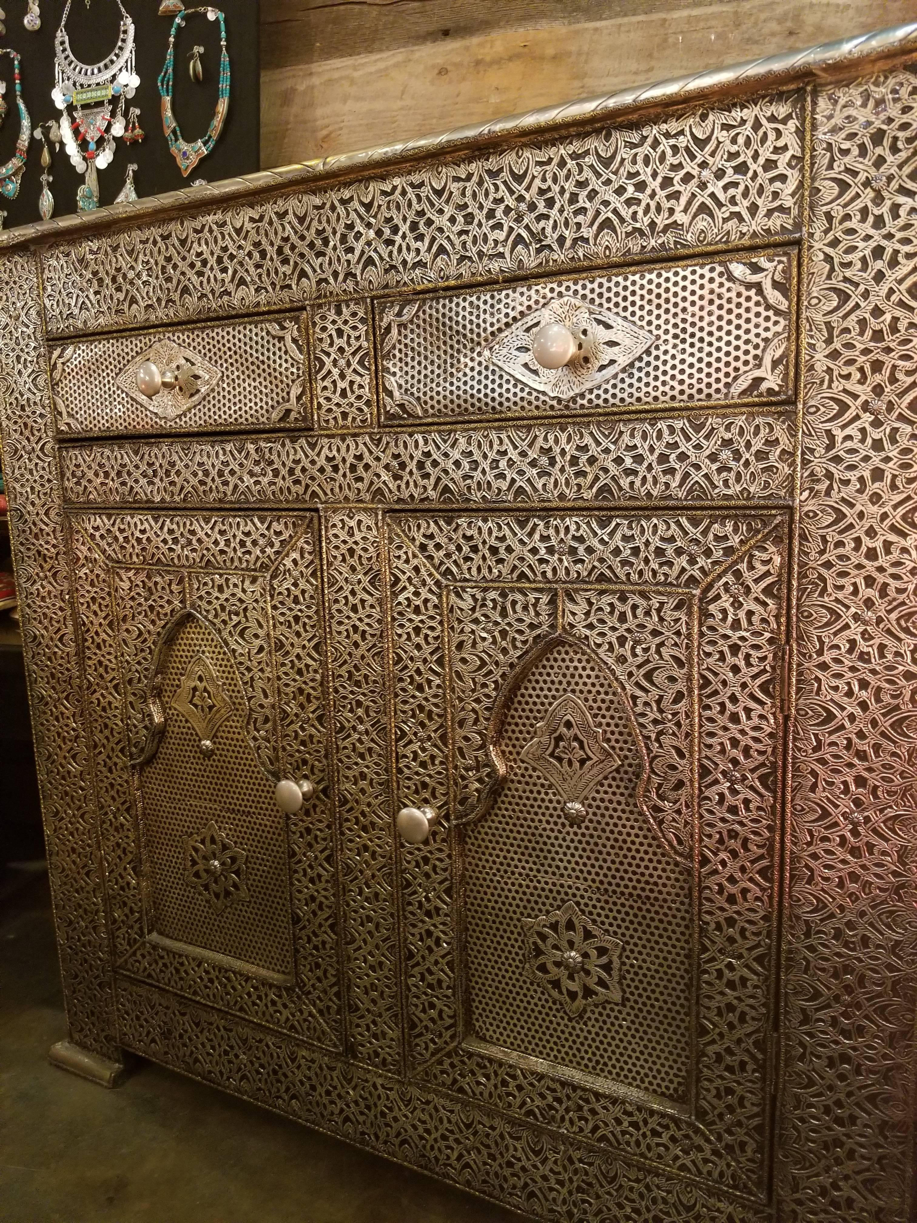 Charmant Metal Inlaid Moroccan Cabinet, Plenty Of Storage In Excellent Condition For  Sale In Orlando,