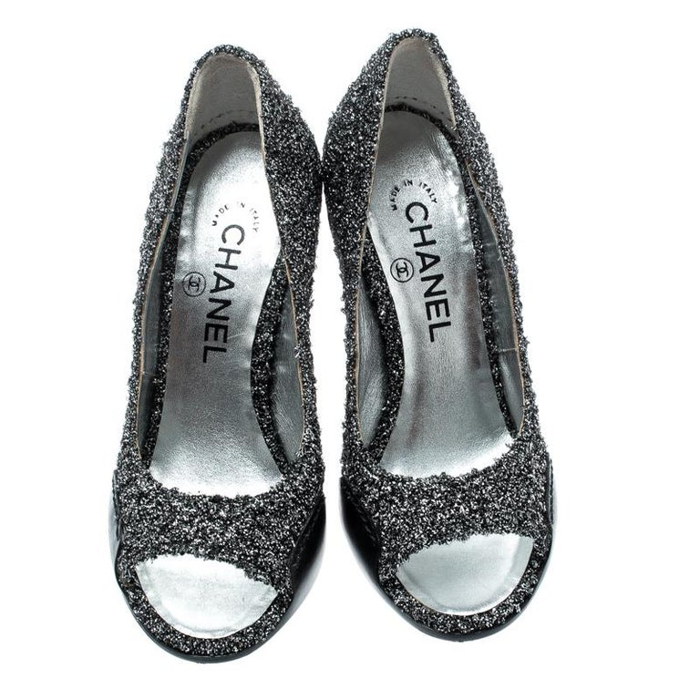 Metallic Silver Textured Fabric And Black Leather CC Peep Toe Pumps Size 36 In Good Condition In Dubai, Al Qouz 2