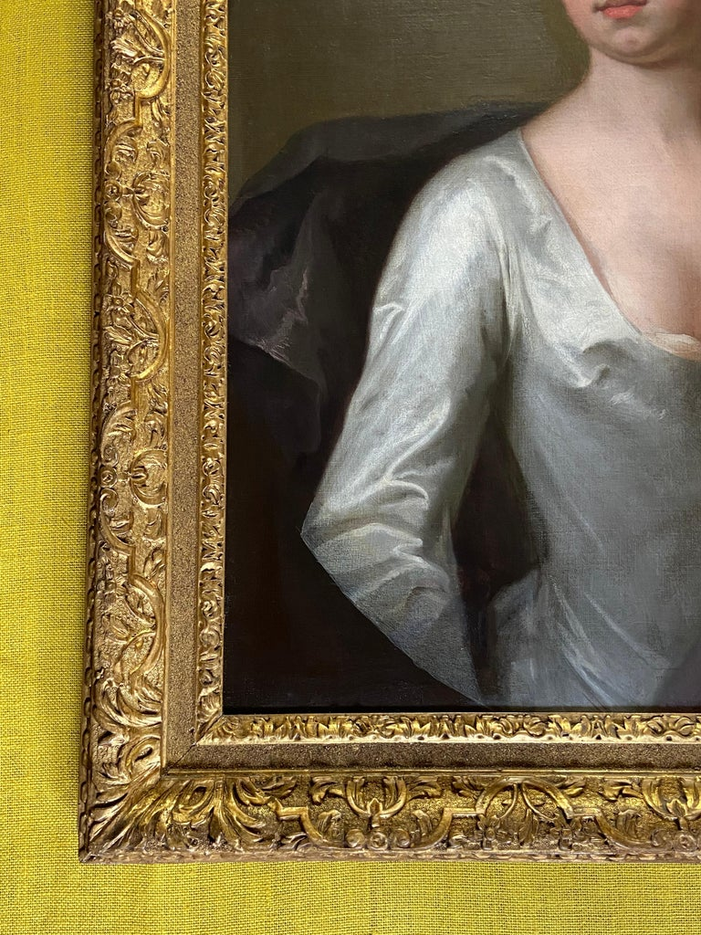 EARLY 18TH CENTURY ENGLISH PORTRAIT OF A LADY IN A WHITE SILK DRESS. For Sale 3