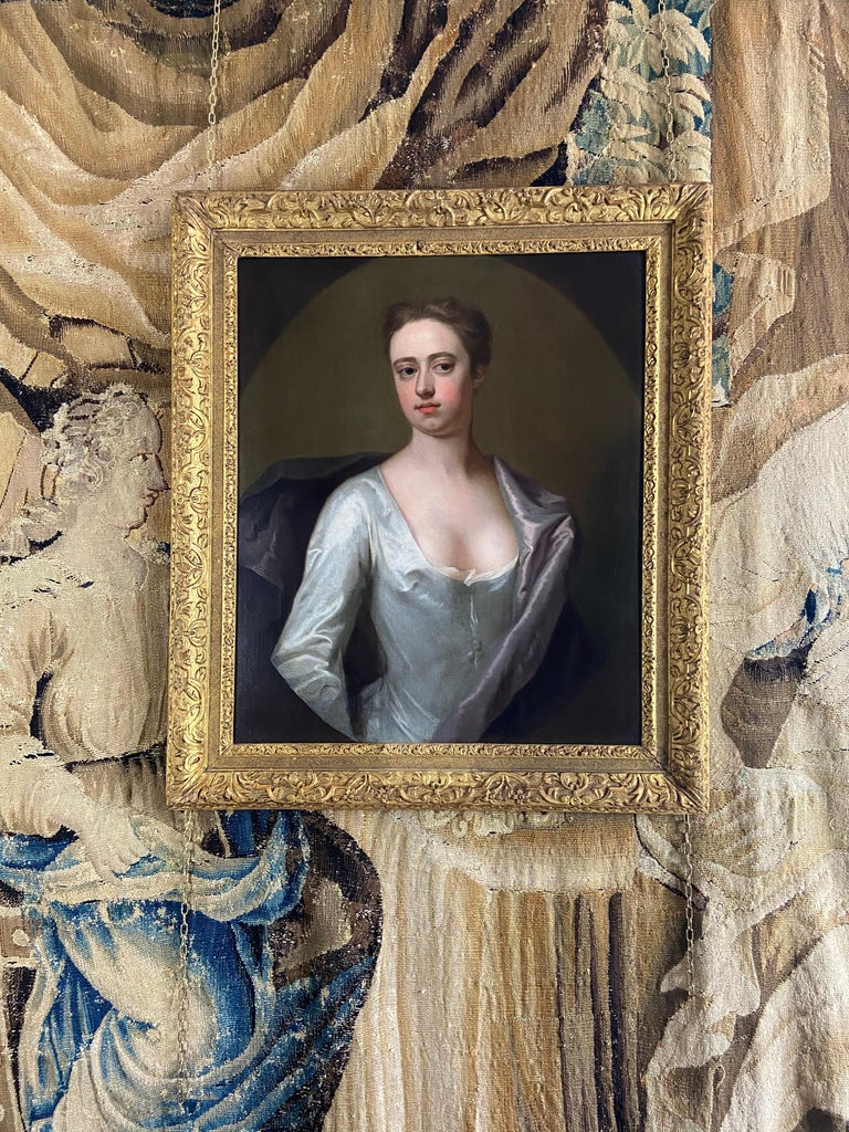 EARLY 18TH CENTURY ENGLISH PORTRAIT OF A LADY IN A WHITE SILK DRESS. For Sale 4