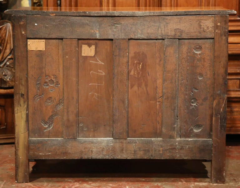 Mid-18th Century French Louis XV Carved Walnut Chest of Drawers from Burgundy For Sale 4