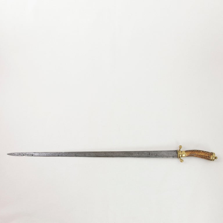 Mid-18th Century French Louis XV Period Engraved Hunting Short Sword with Horn In Good Condition For Sale In Fayetteville, AR