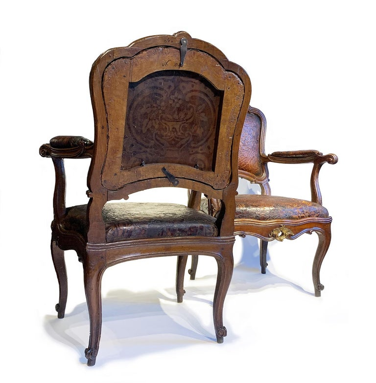 Carved Mid-18th Century Italian Pair of Armchairs with Leather Covers, Milan circa 1750 For Sale