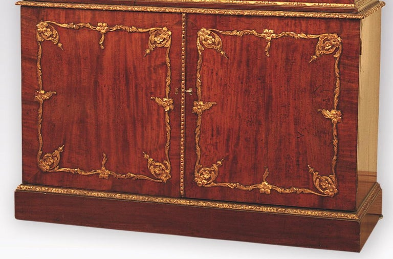 Mid 18th Century Mahogany and Gilt Display Bookcase In Good Condition For Sale In London, GB
