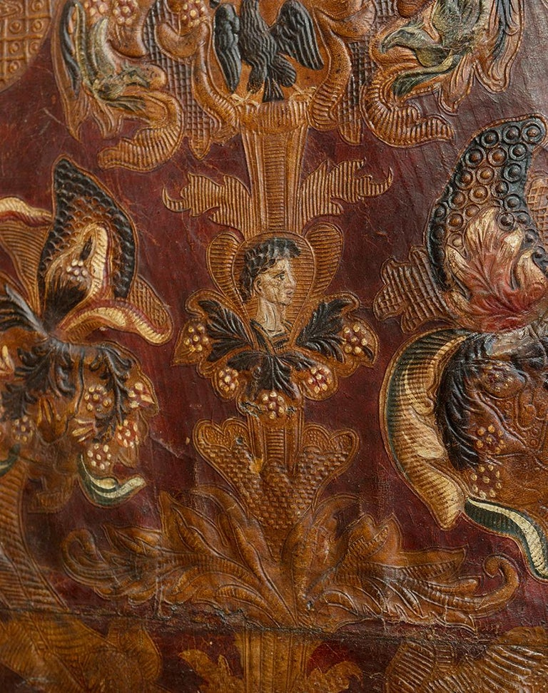 Mid-18th Century Spanish Set of Two 4-Panel Embossed Leather Folding Screens In Good Condition For Sale In Malaga, ES