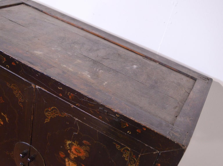 Mid-19th Century Black Lacquered Chinese Cabinet Hand-Painted For Sale 5