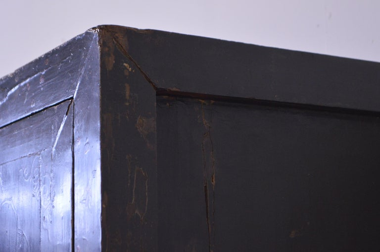 Mid-19th Century Black Lacquered Chinese Cabinet Hand-Painted For Sale 8