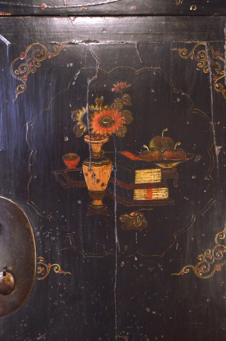 Mid-19th Century Black Lacquered Chinese Cabinet Hand-Painted In Good Condition For Sale In CILAVEGNA, IT