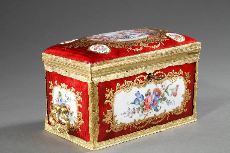 Mid-19th Century Red Enameled Keepsake Box with Mythological Scene In Good Condition For Sale In Paris, FR